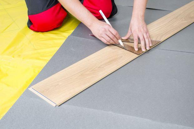Każde mieszkanie, prędzej czy później, wymaga wymiany podłogi. Zerwanie starych paneli nie stanowi problemu, jednak czy nowe deski można z powodzeniem zamontować samodzielnie? Przybliżamy instrukcję układania paneli krok po kroku, dzięki które