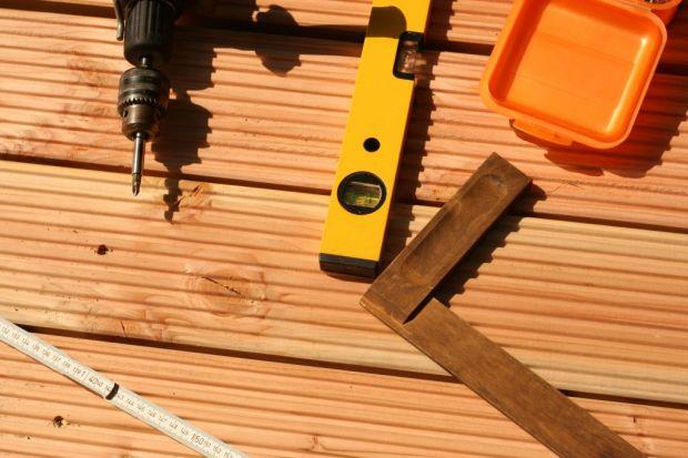 Zbudowanie prostego tarasu na gotowym podłożu czy wyłożenie balkonu deskami nie jest aż tak skomplikowaną czynnością, jakby mogłoby się wydawać. Nie dziwi więc, że coraz więcej osób podejmuje się wykonania tych prac samodzielnie – nie pr