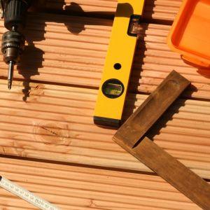 Powiedzmy sobie szczerze – każdy może zbudować prosty taras na wylewce czy wyłożyć powierzchnię balkonu deskami. Fot. AdobeStock