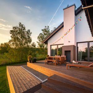 Zbudowanie prostego tarasu na gotowym podłożu czy wyłożenie balkonu deskami nie jest aż tak skomplikowaną czynnością, jakby mogłoby się wydawać. Fot. AdobeStock
