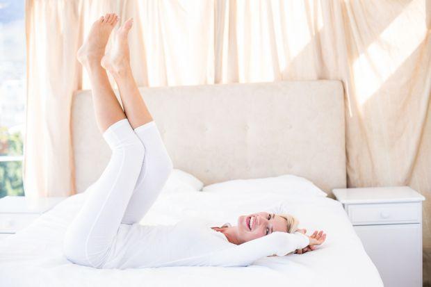 Podpowiadamy jak poradzić sobie z wysoką temperaturą w sypialni. Kilka praktycznych porad.