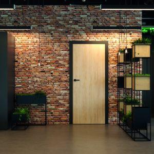 Cegła na ścianie jest bardzo efektownym i praktycznym rozwiązaniem, które służy przez lata. W takim stylu dobrze wyglądają drzwi Porta Loft. Fot. Porta