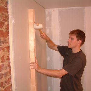 Termoizolacja przegród od wewnątrz sprawdzi się, gdy inwestorowi zależy na ograniczeniu wydatków na ogrzewanie lub rozwiązanie problemu przemarzających ścian w sytuacji gdy wykonanie ścian od zewnątrz jest niemożliwe. Fot. Recticel Izolacje