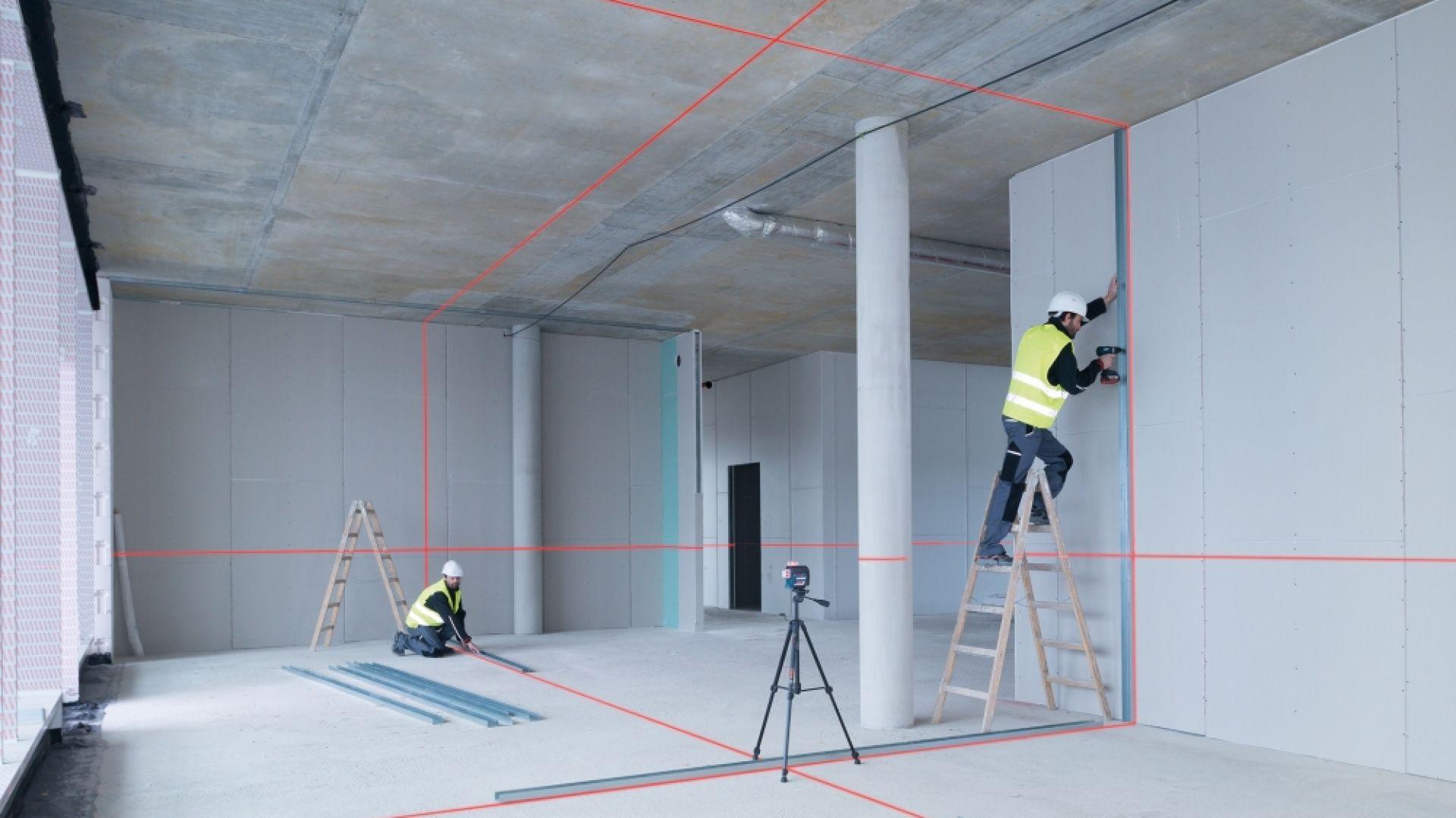 Podział powierzchni przy użyciu elementów suchej zabudowy, precyzyjne układanie płytek czy montaż mebli i stawianie ścianek działowych – dzięki swojej funkcjonalności lasery liniowe są przeznaczone do szerokiego spektrum zastosowań. Fot. Bosch