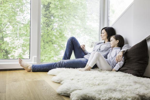 Ponadstandardowej wielkości okna nie dość, że nie powodują niepotrzebnej utraty ciepła, to jeszcze umożliwiają oszczędności w zużyciu energii. Dlatego spore przeszklenia idealnie wpisują się w trend zrównoważonego, ekologicznego budownictwa