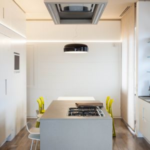 """Zastosowanie """"systemu pudełkowego"""" w aranżacji i rozmieszeniu poszczególnych pomieszczeń, pozwoliło projektantom wyznaczyć praktyczną ścieżkę mieszkaniową pomiędzy pomieszczenia, tworzącego """"łączniki"""" pomiędzy typowym budynkiem mieszkalnym z lat 60-tych, a wnętrzami apartamentu wielokondygnacyjnego. Fot. Ritmonio"""