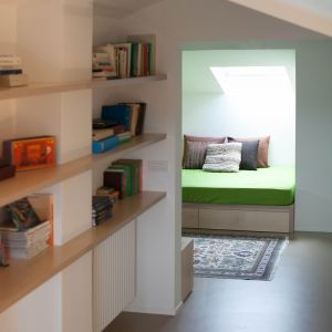 Gruntowne zmiany dotknęły praktycznie całą część mieszkalną apartamentu, począwszy od przesunięcia spiralnych schodów, prowadzących z salonu na poddasze po złączenie kuchni z salonem tworząc w ten sposób otwartą przestrzeń. Fot. Ritmonio