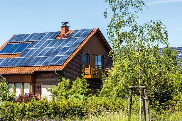 Prądem wyprodukowanym za pomocą paneli fotowoltaicznych możesz zasilać wszystkie urządzenia elektryczne w domu, w tym również pompę ciepła. W ten sposób ekologicznie i przy niemal zerowych kosztach – miesięczne koszty mogą wynieść jedynie