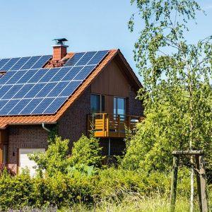 Powstałą energię elektryczną można wykorzystać na bieżące zapotrzebowanie energetyczne budynku, a nadmiar przekazać do sieci i potem odebrać 80% jej wartości w ciągu 1 roku. Co ważne, panele fotowoltaiczne działają przez cały rok, nawet w pochmurne czy zimowe dni. Warto jednak pamiętać, że tym czasie wyprodukują mniej energii – stąd dobrym rozwiązaniem jest właśnie magazynowanie prądu w systemie upustów w okresach większego nasłonecznienia. Fot.  Vaillant
