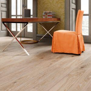 Podłoga drewniana Wiatr Prowansji z kolekcji Timeless Collection marki Baltic Wood stanowi doskonały akompaniament dla zabawy kontrastem. Posiada jasną, lekko opalaną barwę, którą cechuje również nieznaczna zmienność odcieni pomiędzy deskami. Podłoga została ręcznie postarzona w procesie heblowania, szczotkowania i olejowania. Fot. Baltic Wood