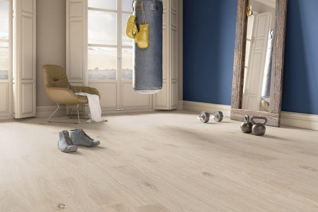 Drewno jest jednym z surowców, które nie potrzebują nadmiaru dodatków, aby pięknie wyeksponować walory wnętrza. Mnogość faktur i gatunków sprawia jednak,że dopasowanie drewnianej podłogi do poszczególnych elementów znajdujących się w pom