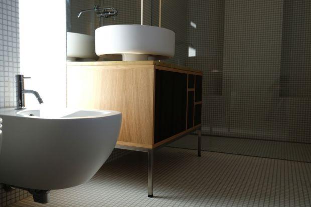 Minimalistyczna łazienka w drewnie i szkle