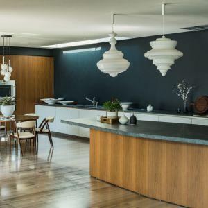 Nowoczesną kuchnię zaaranżowano w minimalistycznym stylu. Fot. The Modern House