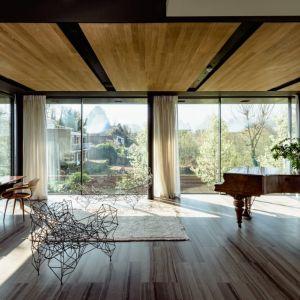 """Duże przeszklenia """"doświetlają"""" wnętrze światłem naturalnym. Fot. The Modern House"""