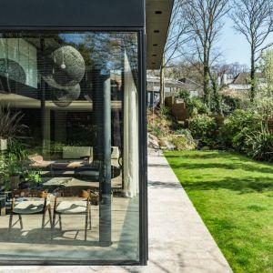 Zaletą domu jest piękny zielony ogród. Fot. The Modern House