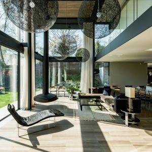 W strefie dziennej również nie brakuje dużych przeszkleń. Zacierają one granicę między wnętrzem a ogrodem. Fot. The Modern House