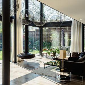 Drewniany płot, otaczający dom, zapewnia mieszkańcom prywatność. Fot. The Modern House