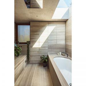 Drewno w łazience nadaje jej bardzo naturalnego charakteru. Fot. The Modern House