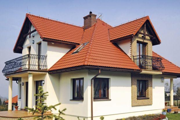 Pokrycie dachowe przez cały rok jest narażone na działanie różnych negatywnie wpływających na nie czynników. Zaszkodzić mogą mu między innymi deszcz, nadmierna wilgoć lub silny wiatr. Promieniowanie słoneczne może z czasem powodować utratę