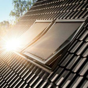 Najszybszym i najskuteczniejszym sposobem na zmniejszenie temperatury jest zatrzymanie promieni słonecznych, nim dotrą do szyby. Fot. Velux