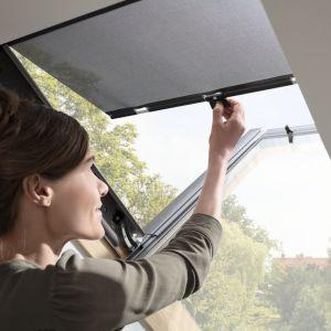 Dzięki zastosowaniu specjalnej siatki z włókna szklanego markizy Velux przepuszczają niezbędne światło i nie zasłaniają widoku na okolicę. Jednocześnie redukują do 76% ciepła słonecznego, które dociera do wnętrza. Fot. Velux