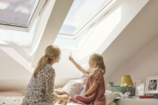 Optymalna temperatura we wnętrzu to ważny czynnik, który wpływa na nasze samopoczucie – zarówno w dzień, jak i w nocy. Przegrzanie pomieszczeń oraz związane z nim niedotlenienie organizmu obniżają koncentrację i pogarszają jakość snu. Na w