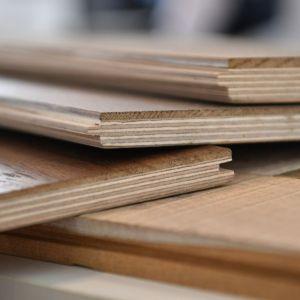"""Przekrój desek wykonanych z materiału inżynieryjnego (warstwowego). Powstają one poprzez połączenie kilku warstw drewna (których słoje są ułożone prostopadle do siebie) w jeden, trwały element. Taka budowa znacznie ogranicza """"pracę"""" drewna. Jednocześnie, warstwowa konstrukcja nie hamuje w znaczący sposób przepływu ciepła. Podłogi wykonane z materiału inżynieryjnego są bardziej odporne na zmiany wilgotności i temperatur. Fot. Chapel Parket"""