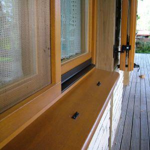 Wykonane z włókna szklanego, osadzone w sztywnych aluminiowych ramkach, moskitiery skutecznie zabezpieczają przed uciążliwymi owadami. Fot. MS więcej niż Okna