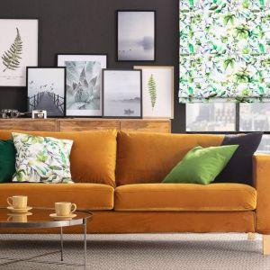 Krótki pokrowiec na sofę Karlstad 3-osobową nierozkładaną, roleta rzymska Capri, kolekcja tkanin Velvet. Fot. Dekoria