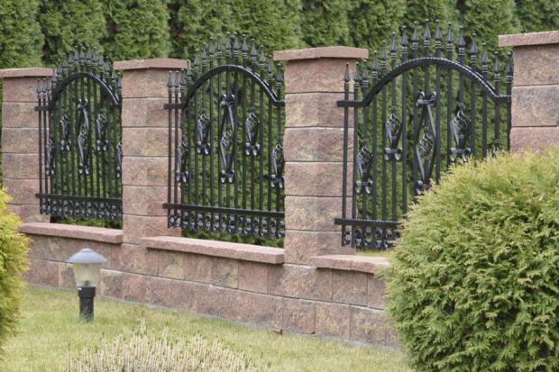 Chyba nikt nie ma wątpliwości, że największym wrogiem metalowych elementów w ogrodzie jest rdza. Powstający pod wpływem długiego kontaktu z wodą i wilgocią pomarańczowy nalot nie tylko wygląda nieestetycznie, ale również szkodzi powierzchnio