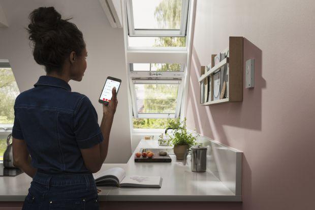 Kiedy myślimy o inteligentnym domu, przed oczami często staje nam futurystyczna budowla ze szkła, która samodzielnie zarządza każdym aspektem naszego życia. Rzeczywistość jest jednak o wiele prostsza, a co najważniejsze – znajduje się w zasi�