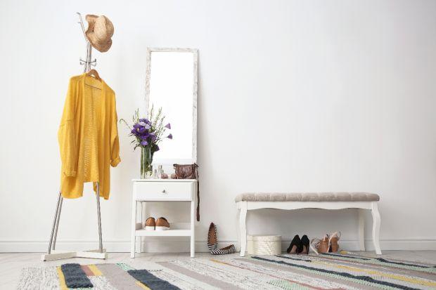 Wnętrza w jasnych kolorach nigdy nie wychodzą z mody. To ponadczasowy trend, który ulega tylko delikatnym modyfikacjom. Oto kilka inspirujących, jasnych aranżacji.
