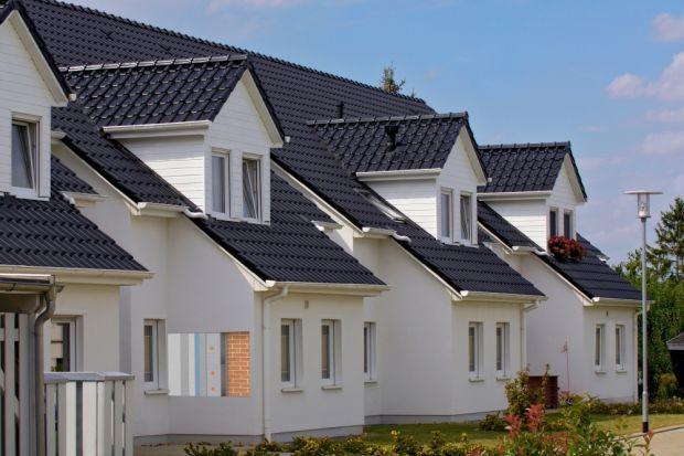 Przeważająca część budynków posiada dwuwarstwowe ściany, złożone z muru konstrukcyjnego oraz termoizolacji, którą aż w 80% przypadków stanowi styropian. W nowych budynkach przegrody zewnętrzne zazwyczaj projektowane są w taki sposób, by os