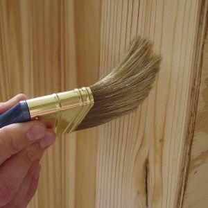 Chcąc zabezpieczyć surowe drewno eksponowane na zewnątrz, musimy najpierw pokryć je bezbarwnym impregnatem gruntującym, który przeznaczony jest zarówno do miękkiego drewna iglastego, jak i twardego liściastego. Fot. Bondex