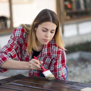Na rynku dostępne są produkty, które zapewniają skuteczną ochronę drewna przed zmiennymi warunkami atmosferycznymi i szkodliwym działaniem promieni UV. Fot. Bondex