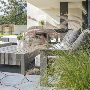 Do aranżacji, w której stanowi ona punkt odniesienia, będą pasowały meble ogrodowe z szarego drewna. Fot. Polbruk