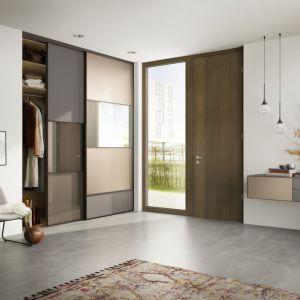 Przesuwne drzwi z lustrami nie dość, że nie zabierają miejsca, to pomagają zadbać o nienaganny wygląd. Fot. Raumplus