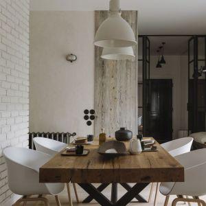 W jadalni stanął zatem solidny drewniany stół otoczony lekkimi, wygodnymi krzesłami. Fot. Studio.O