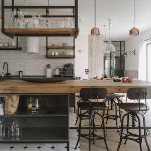 Kuchnia swobodnie łączy się z jadalnią i salonem. Fot. Studio.O
