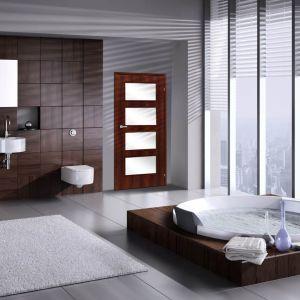 Drzwi Ancona, dzięki satynowanym przeszkleniom, dodadzą łazience blasku i zachowają prywatny charakter wnętrza. Fot. RuckZuck