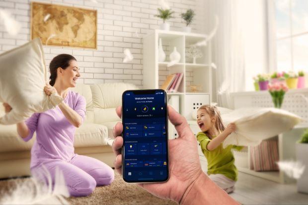 """Czy warto korzystać ze smart home? Eksperci nie mają wątpliwości – nie sposób z nich nie korzystać. Jak wynika z raportu """"Smart living"""" przygotowanego przez Infuture Hatalska Foresight Institute (styczeń 2019), w 2017 roku na całym świecie"""