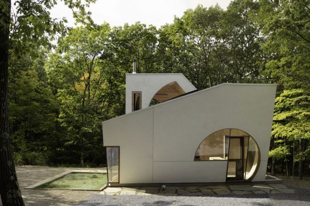 Mały, ekologiczny dom w lesie niedaleko Nowego Jorku