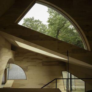 Materiały wykorzystane do urządzenia wnętrz są całkowicie naturalne. Zastosowano tu drewno oraz kamień, które nadają ciepła oraz intymnego charakteru otwartej przestrzeni. Fot. Paul Warchol