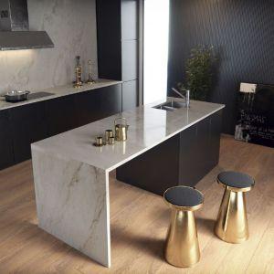 Luksusowa kuchnia marzeń. Dzisiejsze kuchnie coraz bardziej emanują elegancją i luksusem. Jasne barwy blatu z beżowym żyłowaniem i złoto to połączenie idealne. Fot. Cosentino