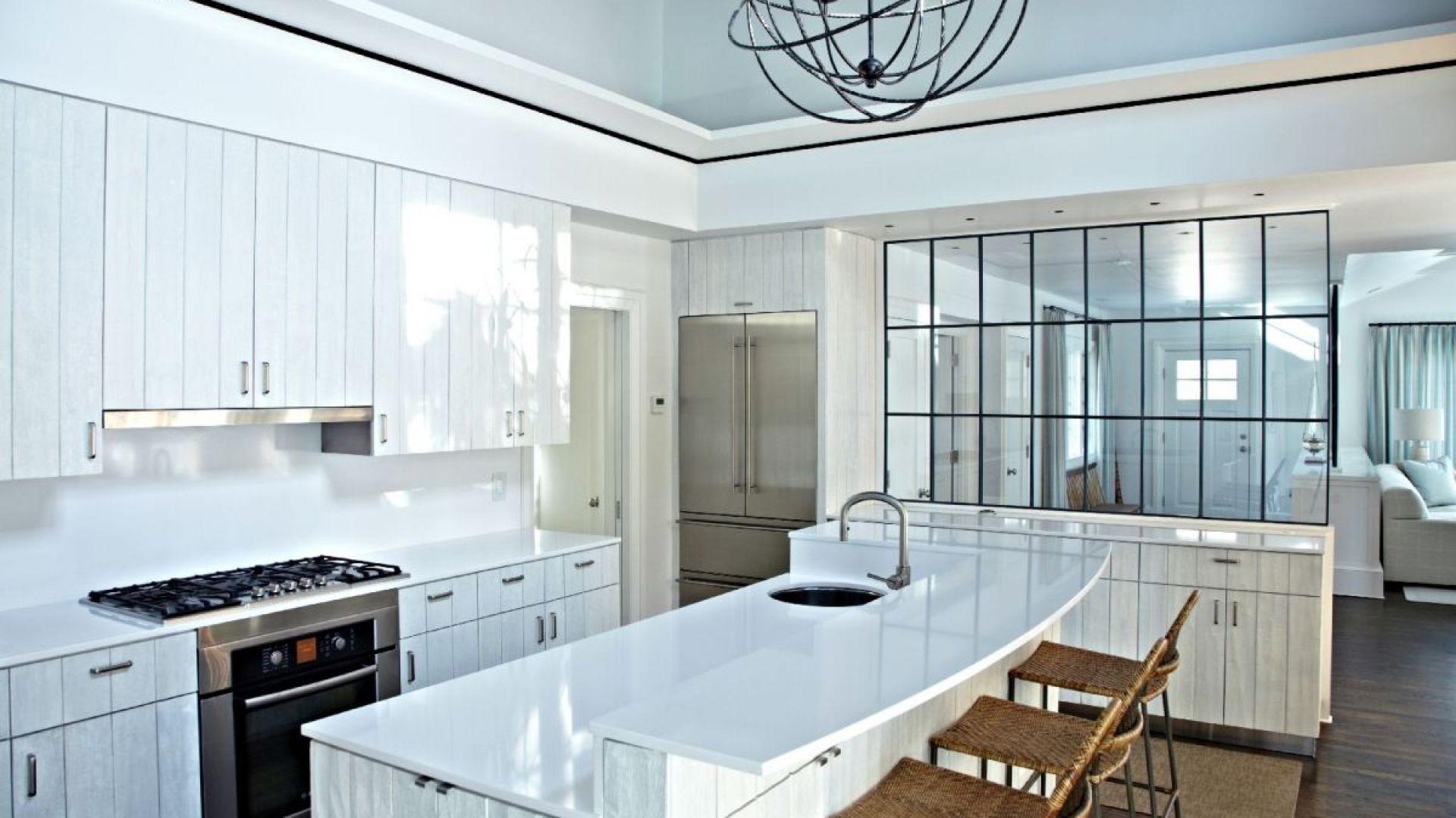 Cała na biało. Biała kuchnia wygląda nowocześnie, przestronnie i świeżo. Może przyjmować różne warianty – np. nawiązywać do stylu skandynawskiego. Fot. Cosentino