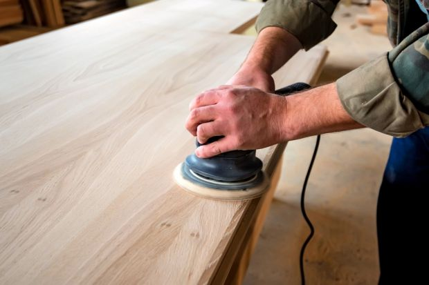 O tym, jak przygotować podłoże drewniane do aplikacji lakierobejcy, oleju lub lazury mówi ekspert.