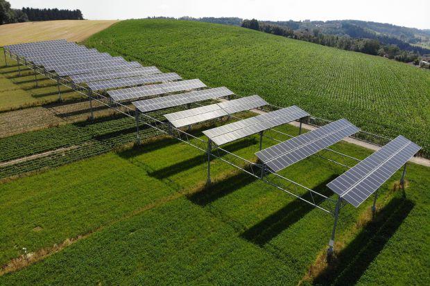 Podwójne wykorzystanie gruntów do pozyskiwania energii elektrycznej z energii słonecznej i rolnictwa jest opłacalne. Na 1/3 hektarowej powierzchni uprawnej w pobliżu Jeziora Bodeńskiego w Niemczech moduły fotowoltaiczne o łącznej mocy 194 kW zost