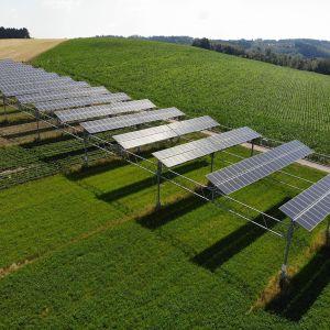 W 2018 r. promieniowanie słoneczne wyniosło 1319,7 kilowatogodzin na mkw., co stanowi wzrost o 8,4 procent w porównaniu z rokiem poprzednim. Wydajność energetyczna układu APV wzrosła o dwa procent do 249,857 kWh, co odpowiada wyjątkowo dobrej wartości wydajności jednostkowej 1285,3 kWh/kWp. Fot. BayWa r.e.