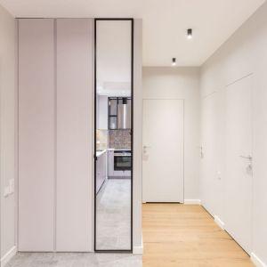 Bardzo ważnym elementem realizacji - choć niewidocznym – co akurat w tym przypadku jest dobre, są strefy przechowywania. W przedpokoju, sypialni i gabinecie znalazły się trzy obszerne szafy. Fot. Decoroom