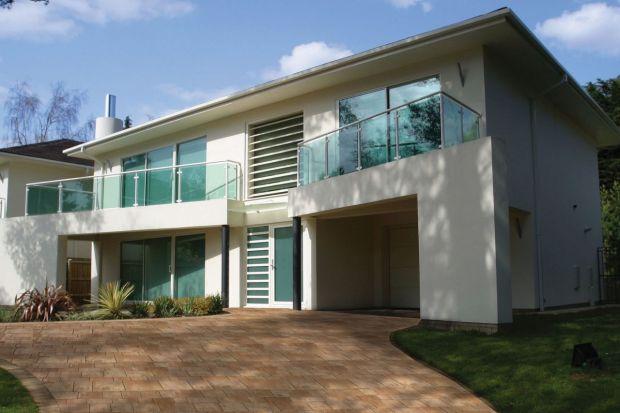 Projektując przydomową przestrzeń chodzi o taki dobór kolorystyki i faktur nawierzchni brukowej, aby dopasować ją do otoczenia i uzyskać efekt odpowiadający gustom inwestora. Podstawowym odnośnikiem powinien być kolor elewacji i dachu. Zarówno